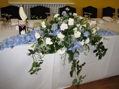 Top table arrangment blue and white