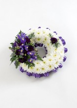 WR6 Chrysanthemum Based Wreath   Ribbon Edge